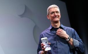 מנכ''ל אפל טים קוק ואייפון 6 (צילום: Justin Sullivan, GettyImages IL)
