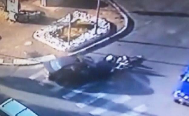 צפו: בני 14 נלכדו תחת הרכב אך יצאו בפציעות קלות