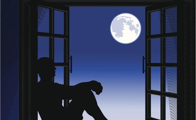 מסתכל על הירח מהחלון  (צילום: צילום טינקסטוק)