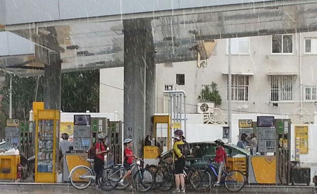אופניים, גשם (צילום: חדשות 2)