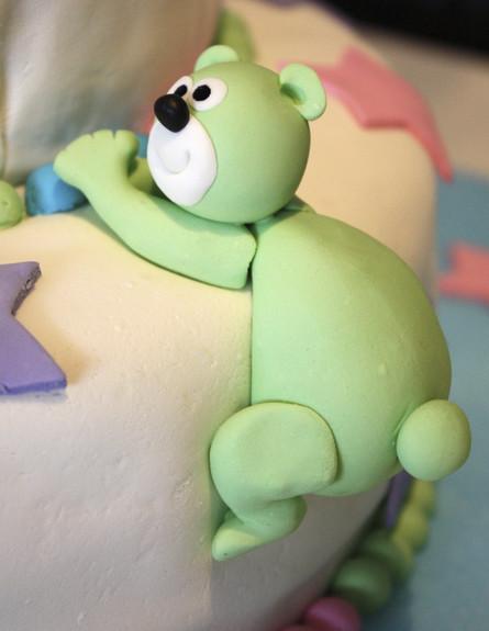 דובי מבצק סוכר על עוגה (צילום: אימג'בנק / Thinkstock)