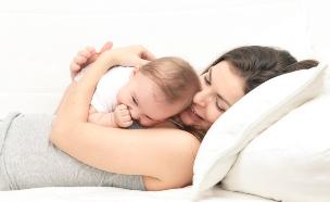 אמא מחבקת תינוק (צילום: Shutterstock)
