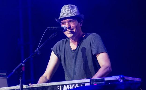 שלומי קינן, במופע של אביב גפן בקיסריה (צילום: ליאור רוטשטיין)
