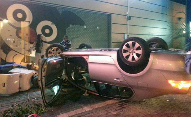 סכנות החלקה בכבישים. התאונה בחיפה (צילום: דוברות איחוד הצלה)