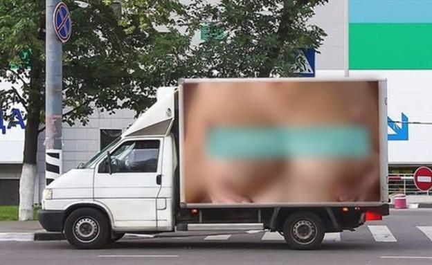 שדיים על משאית (צילום: dailymail.co.uk)