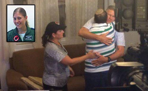 מפגש מרגש בין איתן להורים של נווטת הקרב תמר אריאלי (צילום: חדשות 2)