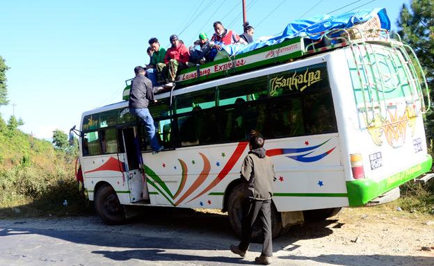 אוטובוס ציבורי בנפאל, בשנה שעברה (צילום: תם כינר)