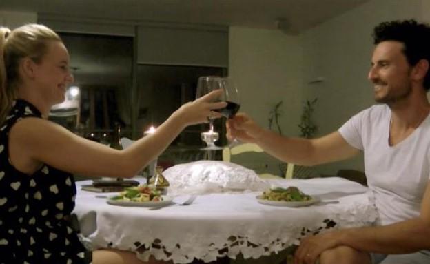 רגע האמת: מגישים את הפסטה לבני המשפחה (תמונת AVI: מתוך הצילו! אני לא יודע לבשל, שידורי קשת)