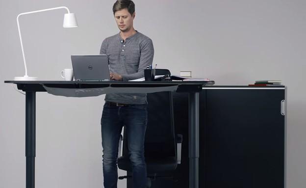 שולחן שעובר לעמידה איקאה  (צילום: מתוך יוטיוב)