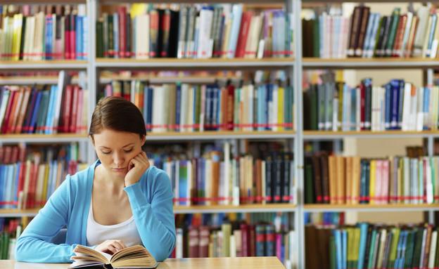 סטודנטית לומדת בספרייה (אילוסטרציה: thinkstock)