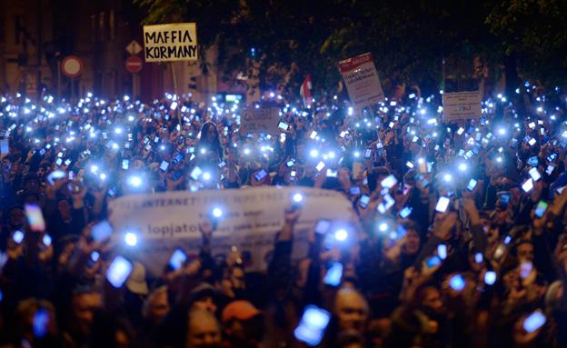 צפו: מחאת האינטרנט בהונגריה (צילום: AP)