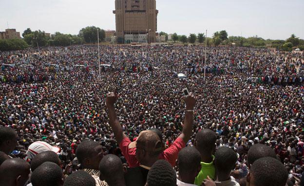 ההפגנות ההמוניות בבורקינה פאסו, אתמול (צילום: רויטרס)