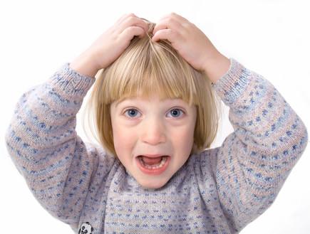 ילד מגרד בראש