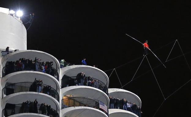 אלפים צפו בחשש (צילום: רויטרס)