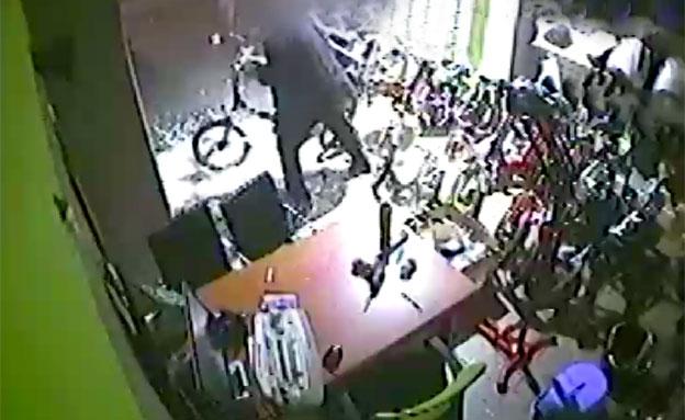 שוד חנות אופניים (צילום: חדשות 2)