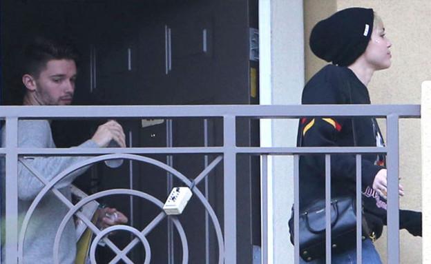 מיילי סיירוס ופטריק שוורצנגר יוצאים מהדירה
