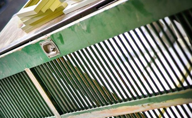 שדרוגים, תריס שהפך לשולחן, לפני, עיצוב מאיה גל. צי (צילום: קלי בן ציון)