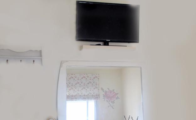 שדרוגים, קירות חדר הורים מדבקות, לפני, עיצוב וצילו (צילום: יעל יניב)