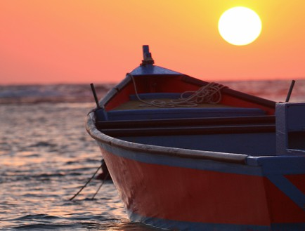 סירה בחוף דור צילום - באדיבות מלון חוף נחשולים