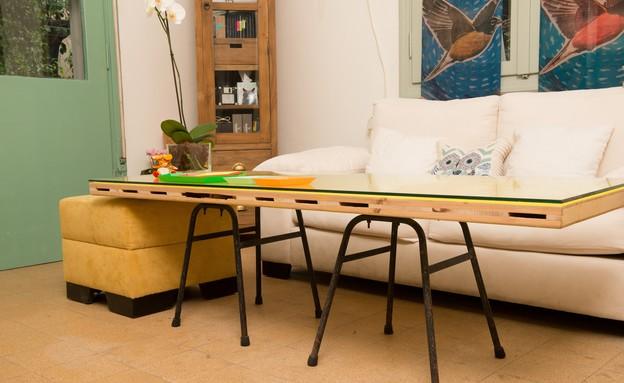שדרוגים, קיר מסגרות ושולחן דלת, עיצוב אדריכלית רחל (צילום: רועי ברגלס)