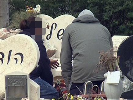 האב החשוד ליד קבר בנו