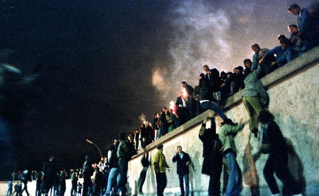 חגיגות לרגל נפילת החומה, 1989. (צילום: רוייטרס)