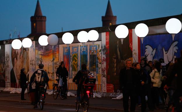 בלונים לבנים בחומת ברלין (צילום: חדשות 2)