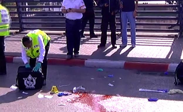 """זירת פיגוע הדקירה בת""""א, היום (צילום: חדשות 2)"""