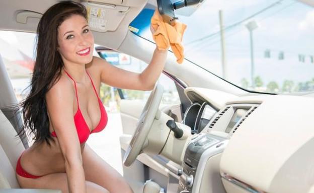 שטיפת מכוניות לוהטת (צילום: Barcroft Media)