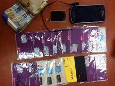הטלפון וכרטיסי הסים (צילום: חדשות 2)
