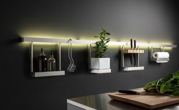מטבחים 2015 פס לתליית כלי עבודה במטבח המשולב עם  פס תאורה (צילום: מטבחי  Warendorf)