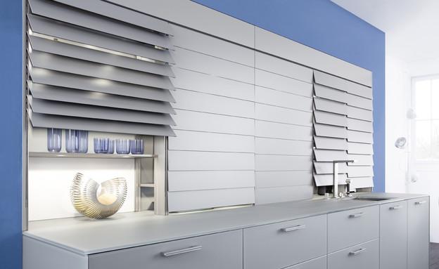 מטבחים 2015 תריס אלקטרוני חכם המסתיר מערכת מדפים מוארת למטבח (צילום: Leicht)
