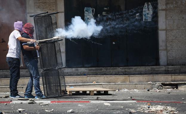 מתפרעים בשועפט יורים זיקוקים על כוחות הביטחון (צילום: הדס פרוש / פלאש 90)