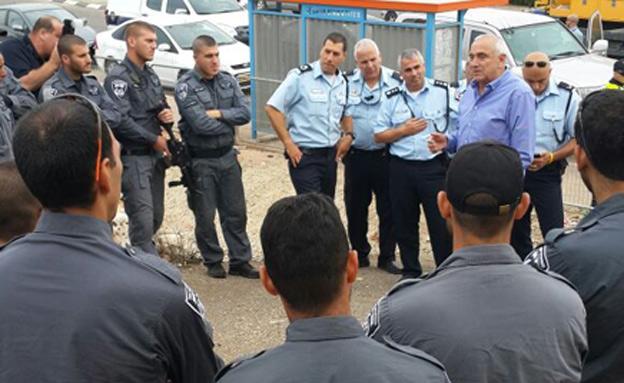 אהרונוביץ' עם השוטרים, הבוקר בכפר כנא (צילום: חטיבת דוברות המשטרה)
