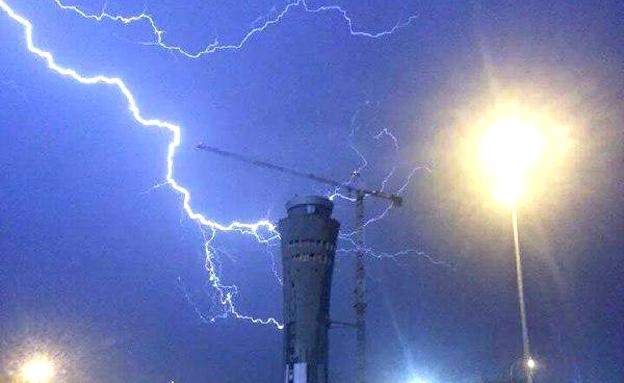 """סערת ברקים מעל נתב""""ג (צילום: חדשות 2)"""