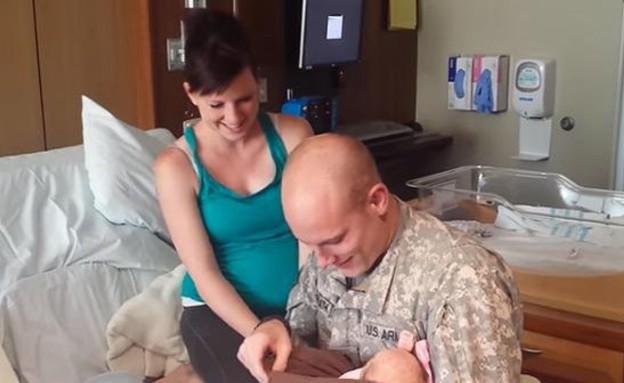 החייל הפתיע אצת אשתו בחדר הלידה (צילום: popsugar.com)
