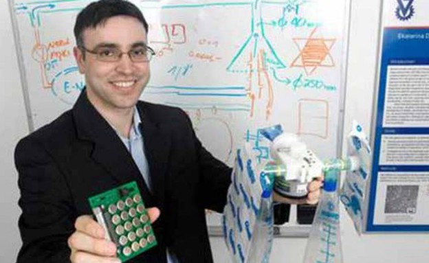 """פרופסור חוסם חיאק ו""""האף האלקטרוני"""" שפיתח (צילום: מתוך ביטאון שב""""ס)"""