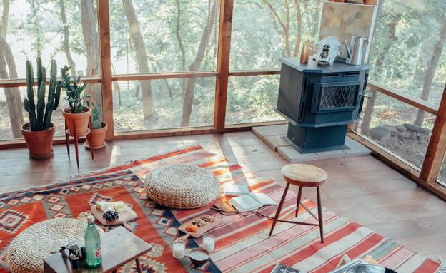 סגנון בוהמייני, מתון המאופיין בעיקר בשימוש בשטיחים צבעוניים פופים