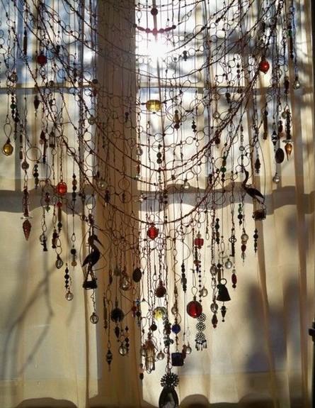 סגנון בוהמייני, אבני קריסטל וזכוכיות המהווים יצירות תלייה מול אור (צילום: Jill Townsendl)