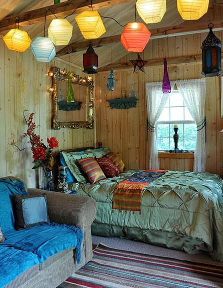 סגנון בוהמייני, חדר שינה אופיני לסגנון  מראה מוזהבת בדים מבריקים  (צילום: thatbohemiangirl)