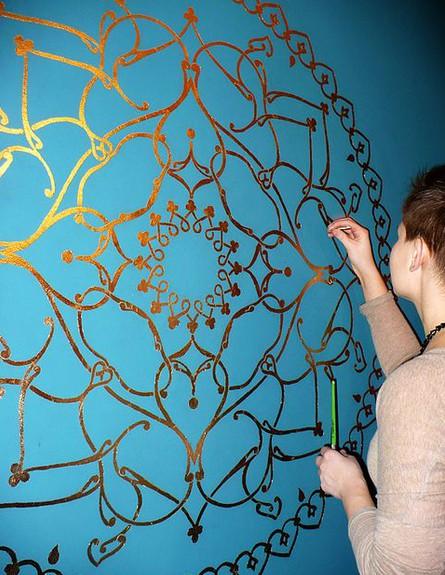 סגנון בוהמייני, מנדלות מוזהבות על רקע קיר טורקיז (צילום:  Lizzy C)