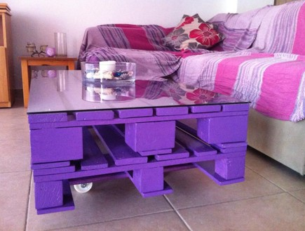 שולחנות קפה עשה זאת בעצמך, שולחן מלוחות עץ עם גלגלים (צילום:  instructables)