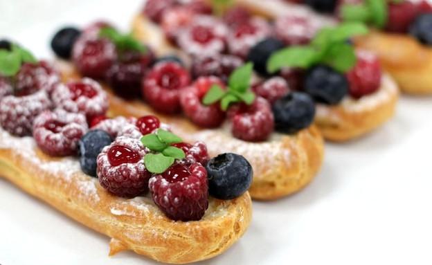 """אקלר מסקרפונה ופירות אדומים (צילום: עידית נרקיס כ""""ץ, אוכל טוב)"""