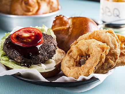 המבורגר עדשים ופטריות עם טבעות בצל פריכות (צילום: אפיק גבאי, אוכל טוב)