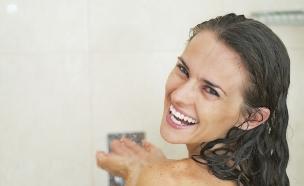 מלונית - אישה שמחה במקלחת (צילום: Alliance, Thinkstock)