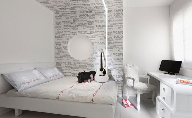 שדרוג בעזרת טפטים הדגשת קיר גבס המטפס אל התקרה (צילום: אלעד גונן)
