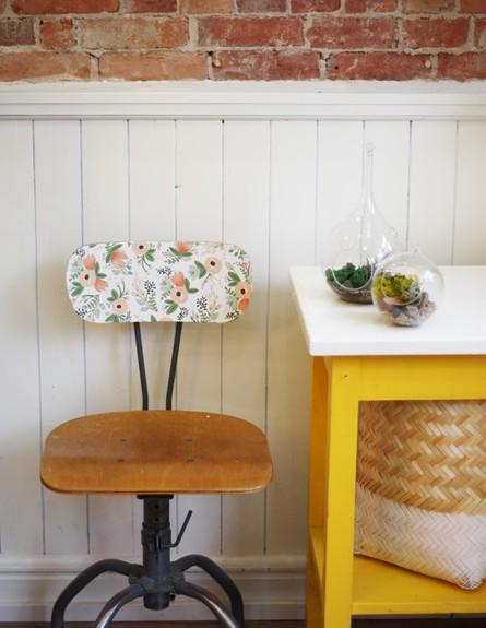שדרוג בעזרת טפטים כיסא תפירה ישן שודרג באופן יצירתי (צילום:  thesweetescape.ca)