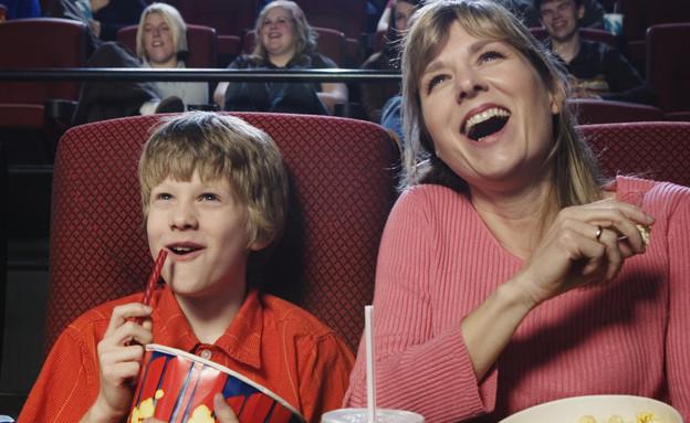 אמא וילד בבית קולנוע (צילום: אימג'בנק / Thinkstock)
