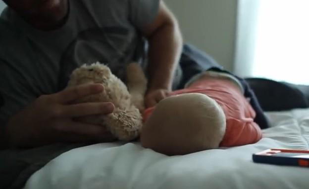 לחמוק מתינוק ישן (תמונת AVI: You Tube, YouTube)