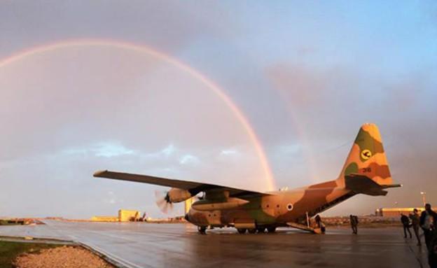 """מטוס תובלה על רקע קשת (צילום: רס""""ן עופר, אתר חיל האוויר)"""